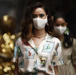9 Foto Melbourne Fashion Week: Model Bermasker Show di Jalanan