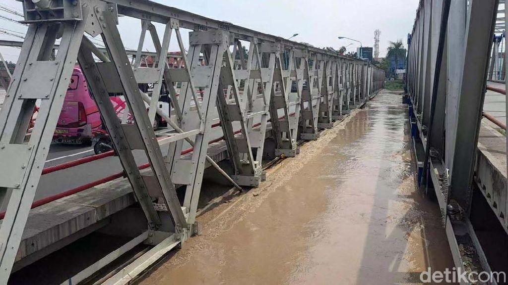 Gelagar Jembatan Sungai Pemali di Brebes Terendam Air