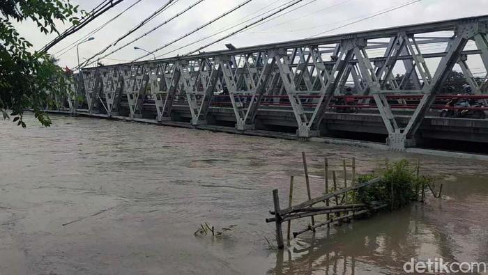 Jembatan Sungai Pemali di jalur utama pantura sisi utara ditutup sementara. Penutupan dilakukan setelah bagian gelagar jembatan terendam air sungai.