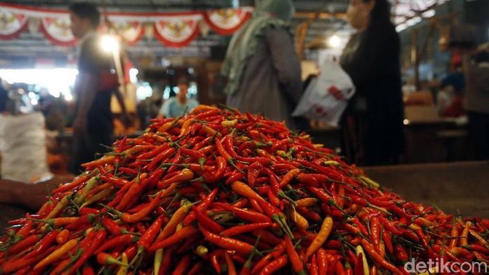 Harga cabai di Pasar Kramat Jati, Jakarta Timur, masih ganas, Rabu (13/01/2021). Cabai rawit merah merah dibandrol Rp 75 ribu//Kg.