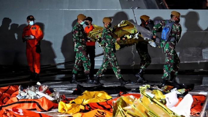 Proses evakuasi jenazah korban Sriwijaya Air SJ182 terus dilakukan. Nantinya kantong jenazah korban akan diserahkan ke Tim DVI untuk diidentifikasi.