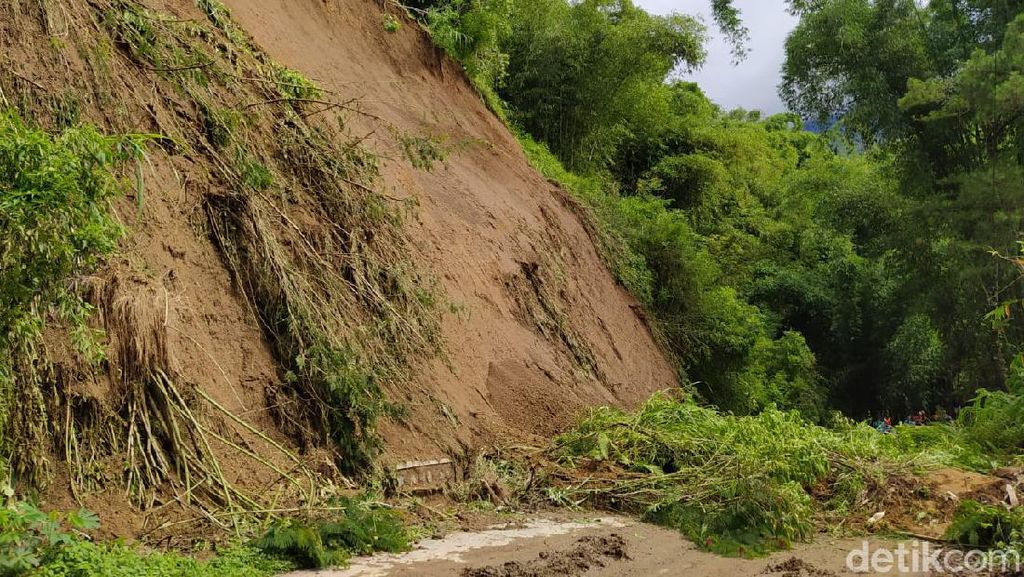 Jalan Utama Magelang-Boyolali Putus Tertutup Longsor