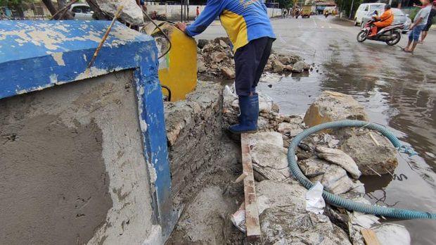 Jembatan Lodan diperbaiki dengan plester semen untuk antisipasi banjir di Jalan RE Martadinata, Ancol Jakarta Utara.