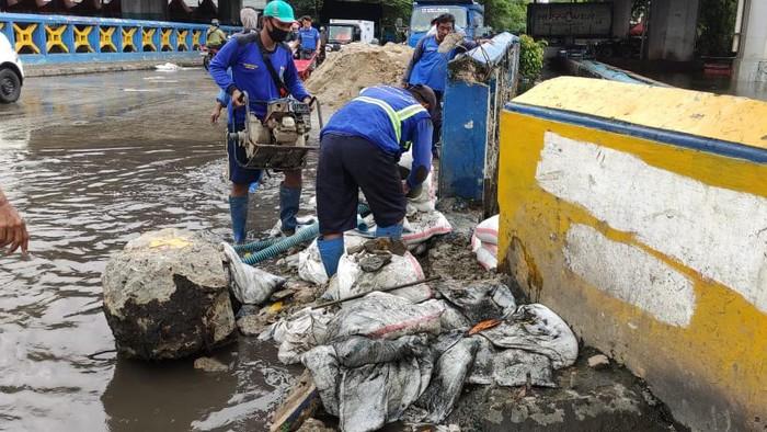 Karung tidak bisa menahan banjir di Jalan R.E Martadinata, Ancol, Jakarta Utara