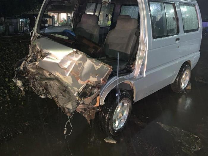 Kecelakaan yang melibatkan kereta api kembali terjadi di lintasan tanpa palang di Blitar. Mobil yang tertabrak kondisinya ringsek di bagian depan, beruntung tiga penumpangnya selamat.