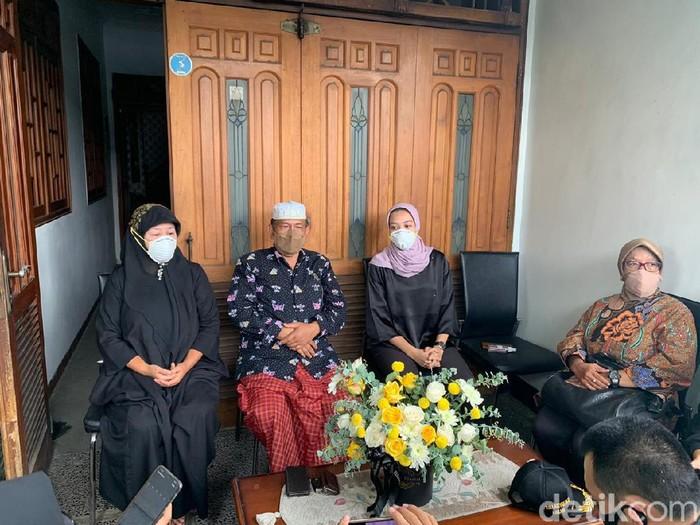 Keluarga Kopilot NAM Air Fadly Satrianto