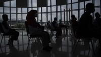 Syarat kesehatan juga diperketat antara lain penumpang wajib menunjukkan surat keterangan hasil negatif tes RT-PCR yang sampelnya diambil dalam kurun waktu maksimal 2 x 24 jam atau hasil negatif rapid test antigen yang sampelnya diambil dalam kurun waktu maksimal 1 x 24 jam sebelum keberangkatan, untuk penerbangan menuju Bandar Udara I Gusti Ngurah Rai, Denpasar. ANTARA FOTO/Nova Wahyudi