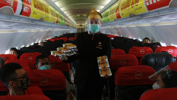 Kementerian Perhubungan membolehkan pesawat terisi penuh penumpang selama masa PPKM. Asalkan ada 3 baris kursi kosong untuk tempat karantina penumpang yang positif Corona di pesawat.