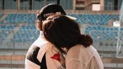 Hot! Intip Mesranya Pelukan Francesca Sofia ke Rossi di Pinggir Trek Abu Dhabi