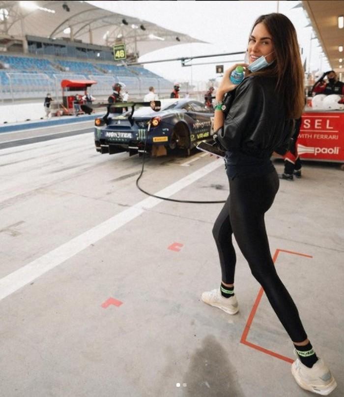 Kemesraan Valentino Rossi dan Francesca Sofia Novello di pinggir lintasan saat balapan di Gulf 12 Hours, Bahrain, Januari 2020.