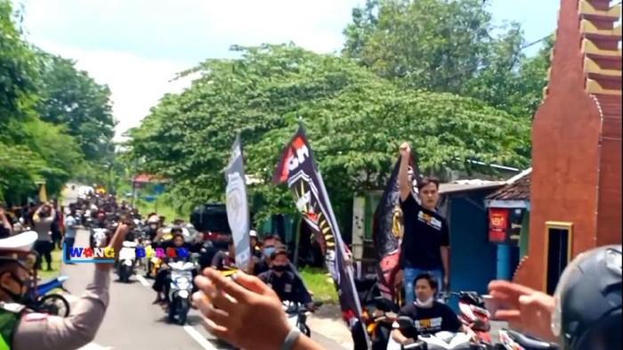 Video massa pesilat berkerumun dan konvoi dengan mengabaikan protokol kesehatan beredar di YouTube. Peristiwa itu terjadi di Kabupaten Madiun.