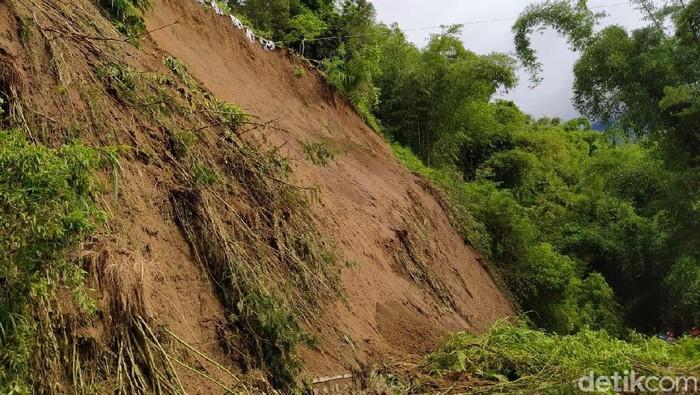 Longsor terjadi Desa Wonolelo, Kecamatan Sawangan, Kabupaten Magelang. Longsor tersebut menutup jalan utama yang menghubungkan Magelang-Boyolali.
