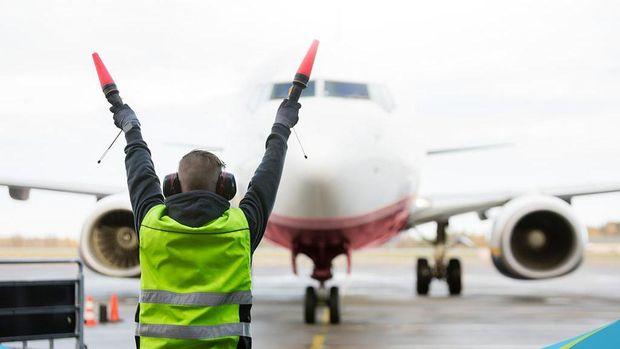 Marshaller atau ground marshall atau tukang parkir pesawat