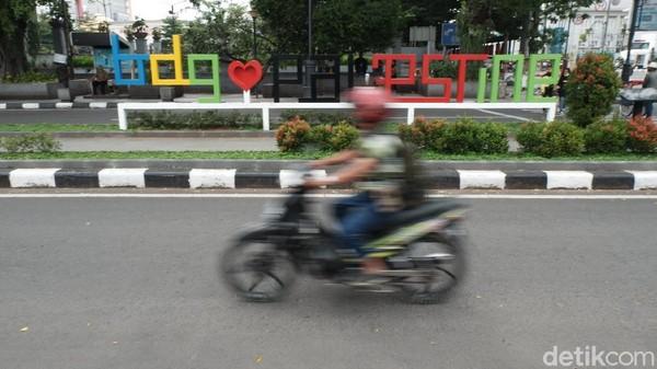 Taman sekaligus trotoar ini berukuran 100 meter. Tak hanya dihiasi dengan plang nama jalan bertuliskan Palestine Walk, area itu juga dilengkapi dengan tulisan Bandung Love Palestine yang berada di tengah pedestrian dan sebuah gerbang bertuliskan Palestine Walk. Siti Fatimah/detikcom