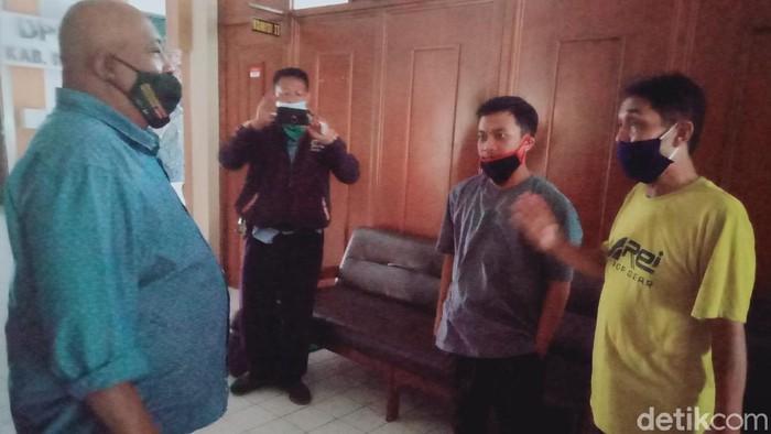 Pedagang mendatangi DPRD Klaten mengadu soal pembatasan jam operasional akibat PKM, Rabu (13/1/2021)