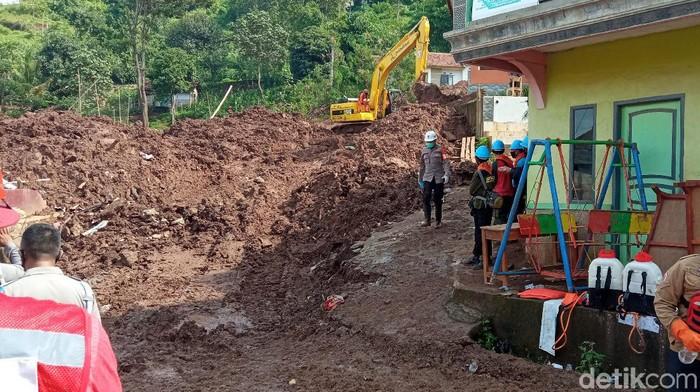 Pencarian korban tertimbun longsor di Sumedang terus dilakukan