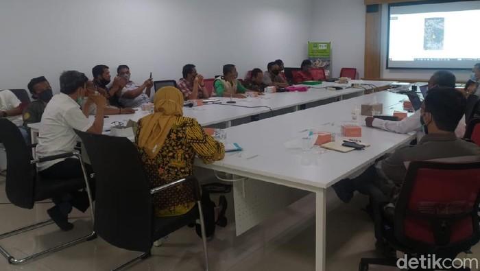 Pertemuan warga dengan pihak KCIC di Kantor DLH Jabar