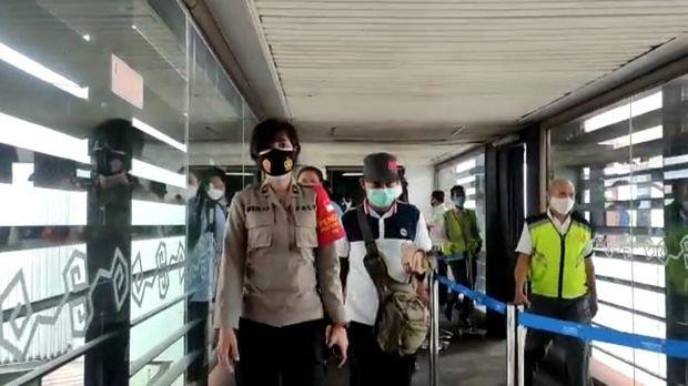 Polisi kawal keluarga korban Sriwijaya Air SJ182 dari Bandara Soetta hingga ke RS Polri