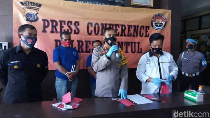 Polres Bantul merilis kasus wartawan gadungan memeras seorang kepala sekolah, Rabu (13/1/2021).