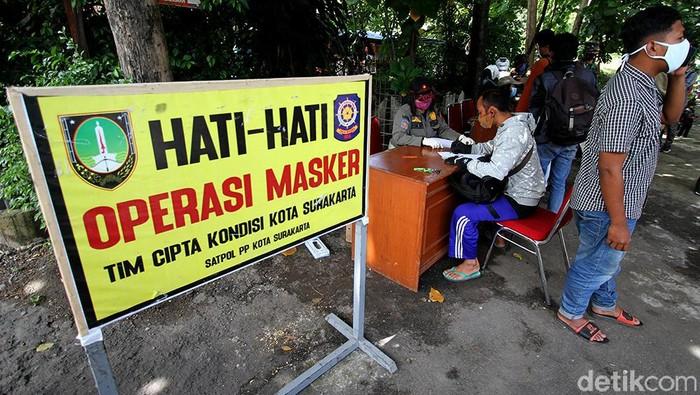 Razia masker gencar dilakukan di tengah penerapan Pemberlakuan Pembatasan Kegiatan Masyarakat (PPKM) di Solo. Warga yang terjaring razia akan dikenai sanksi.