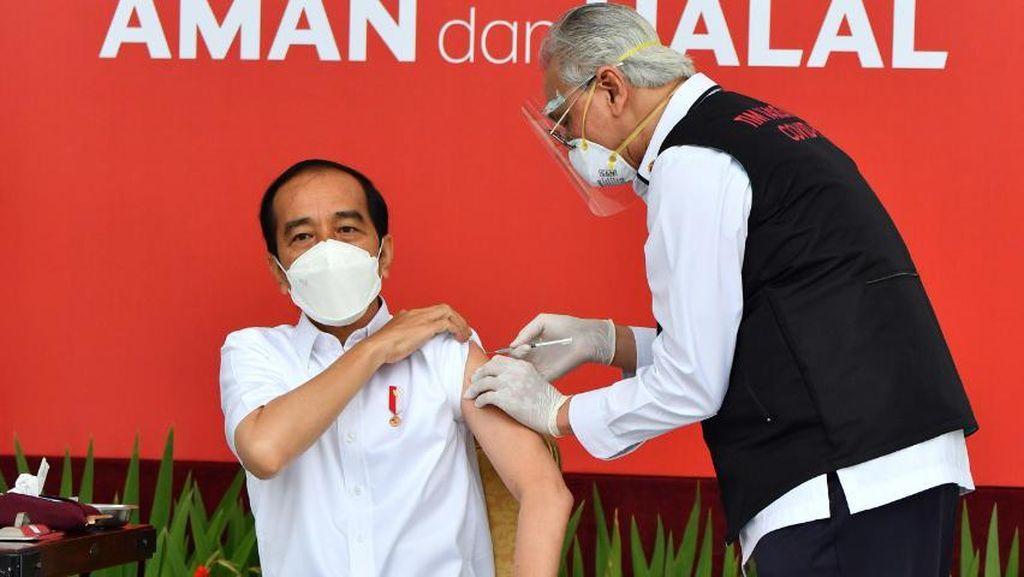 Jokowi Komentari Dokter yang Gemetar Memvaksinnya