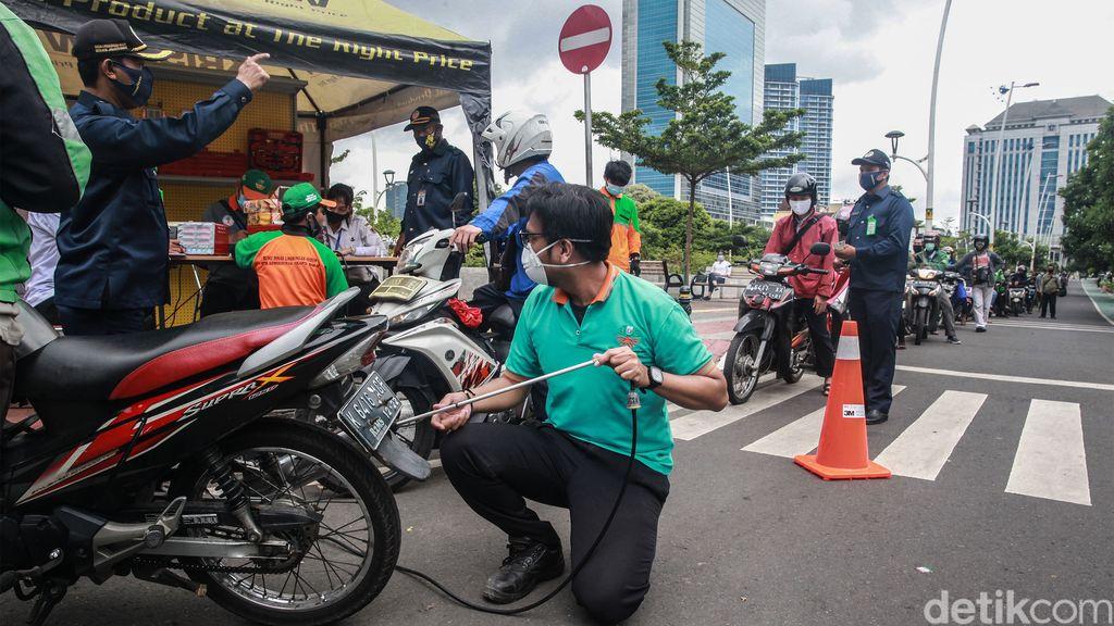 Uji emisi gratis digelar di Jl Puri Indah Raya, Jakarta Barat, Rabu (13/1/2021). Puluhan kendaraan mengantre untuk ikut uji emisi.
