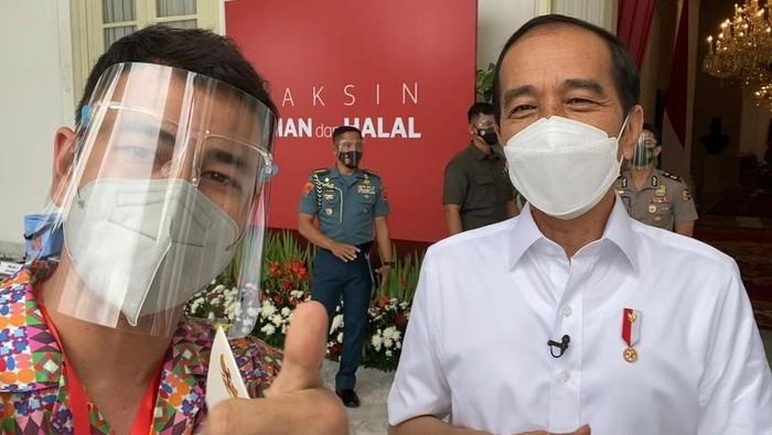 Raffi Ahmad foto bareng Presiden Jokowi usai divaksin COVID-19