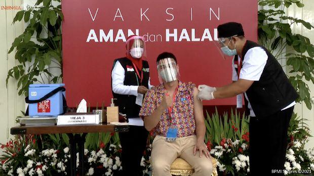 Raffi Ahmad menerima vaaksinasi Covid-19 Perdana di Indonesia, 13 Januari 2021. (tangkapan Layar Youtube Sekretariat Presiden)