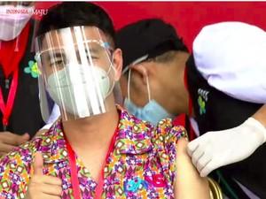 Raffi Ahmad Suntik Vaksin COVID-19 Bareng Jokowi, Ini Makna Kemejanya