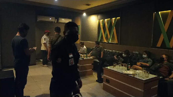 Sebuah tempat karaoke di Surabaya nekat buka saat pemberlakuan pembatasan kegiatan masyarakat (PPKM). Rekreasi hiburan umum (RHU) itu terancam ditutup permanen.