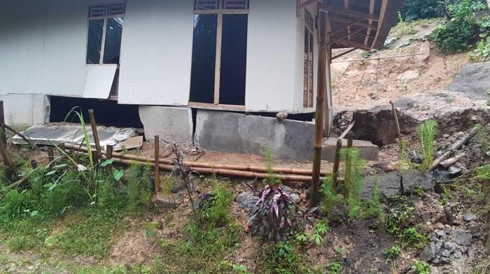 Rumah Rusak Akibat Pergerakan Tanah di Lebak Banten
