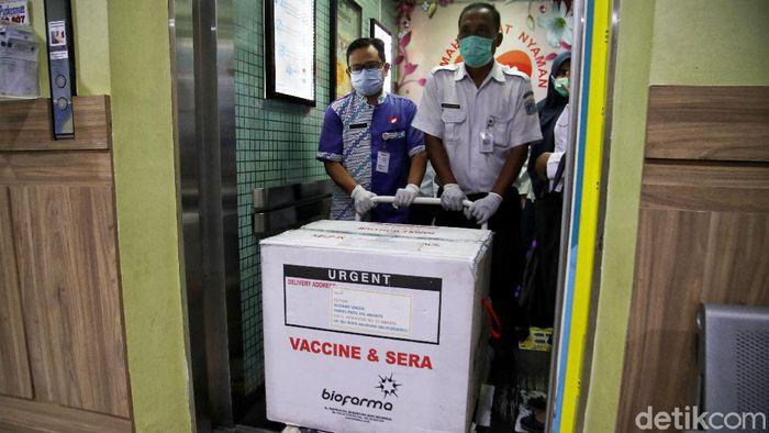 Puskesmas Kecamatan Cilincing telah menerima 1.800 vaksin. Rencananya vaksin itu akan diberikan untuk nakes dimulai dari tanggal 14 hingga 28 Januari mendatang.