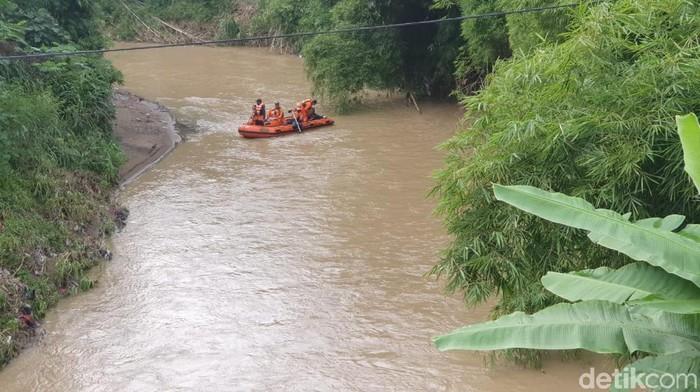 Tim SAR gabungan melakukan operasi penyisiran di Sungai Gendong. Mereka mencari seorang kakek yang hilang sejak tiga hari lalu.