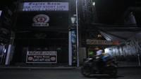 Tak hanya Kuta, kawasan Legian Bali pun demikian. Kawasan wisata di Jalan Legian tampak sepi saat penerapan Pemberlakuan Pembatasan Kegiatan Masyarakat (PPKM) di Kuta, Badung, Bali, Selasa (12/1/2021) malam.