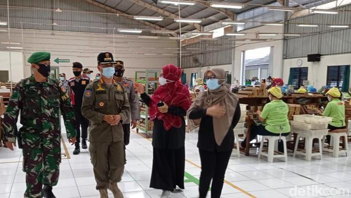 Tim gabungan saat operasi yustisi PKM di pabrik kecamatan Ceper, Klaten, Rabu (13/1/2021).
