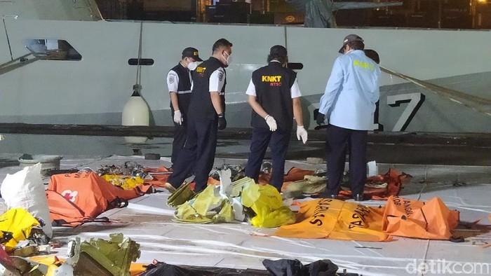 Tim SAR kembali menemukan sejumlah barang dalam evakuasi pesawat Sriwijaya Air SJ182.