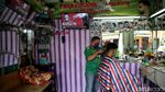 Warga Jakarta Ramai-ramai Saksikan Momen Jokowi Divaksin COVID-19