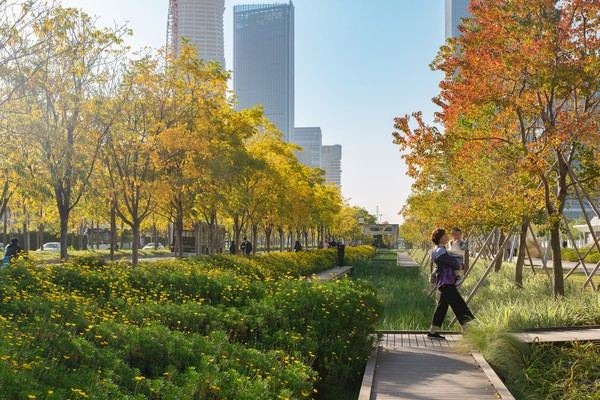 Konsep yang diusung Xihui Runway Park adalah landasan pacu yang berbasis kehidupan modern. Artinya, landasan pacu ini tetap dipertahankan sebagai bagian dari situs bandara tetapi kini juga dapat dimanfaatkan sebagai tempat istirahat dari kepadatan tinggi yang ada di sekitarnya. Selain itu, taman ini juga menjadi wujud dari pembangunan yang berkelanjutan.