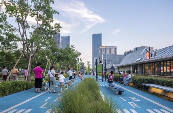 Taman ini dirancang oleh studio arsitektur Sasaki. Idenya adalah memanfaatkan landasan pacu Bandara Longhua yang terletak di tepi sungai Xuhui, Shanghai sebagai ruang bersantai bagi masyarakat.