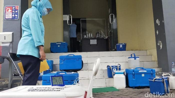 15 ribu vaksin COVID-19 tahap awal mulai didistribusikan ke puskesmas dan RS (Deny Prastyo Utomo/detikcom)
