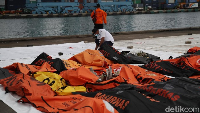 Evakuasi jatuhnya pesawat Sriwijaya Air SJ182 di perairan Kepulauan Seribu masih terus berlanjut. 10 objek kembali ditemukan.