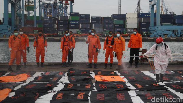 Tim SAR gabungan kembali menemukan bagian tubuh atau body part korban Sriwijaya Air SJ182 dan serpihan pesawat. Sebanyak 36 kantong diserahkan ke Basarnas.