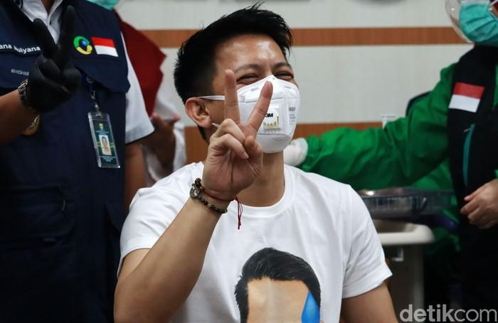 Musisi Ariel Noah mengikuti vaksinasi COVID-19 di RSKIA, Kota Bandung. Tidak terlihat grogi dari wajah Ariel, ia nampak tenang saat disuntikan.