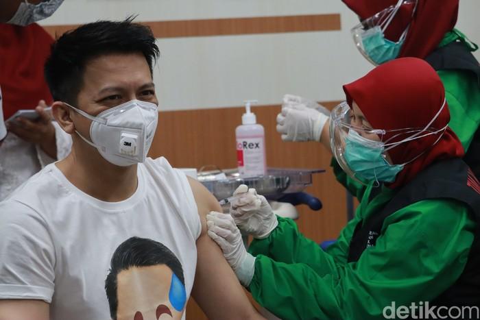 Ariel Noah menjalani vaksinasi COVID-19 di RSKIA Kota Bandung