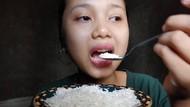Bukan Nasi, Wanita Ini Hobi Mukbang Makan Beras Mentah