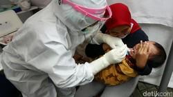 Jumlah kasus positif Corona di DKI Jakarta per hari ini mencapai 3.165 kasus. Hal itu membuat Puskesmas di Cilandak Jaksel melayani PCR Swab hingga 100 orang.