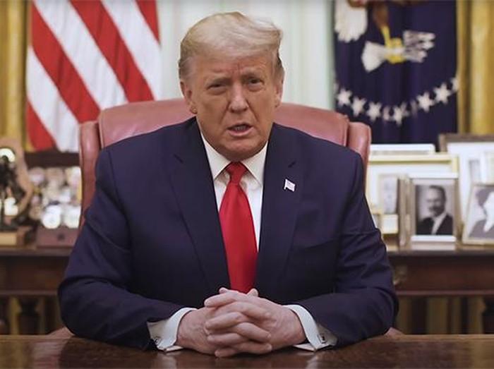 Donald Trump dalam pesan video terbaru yang direkam di Ruang Oval Gedung Putih (The White House via CNN)