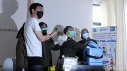 influencer dr Tirta Mandiri Hudhi disuntik vaksin Corona di Puskesmas Ngemplak 2, Sleman, DIY. Selain dr Tirta, ada 10 orang lain yang menerima vaksin sinovac.