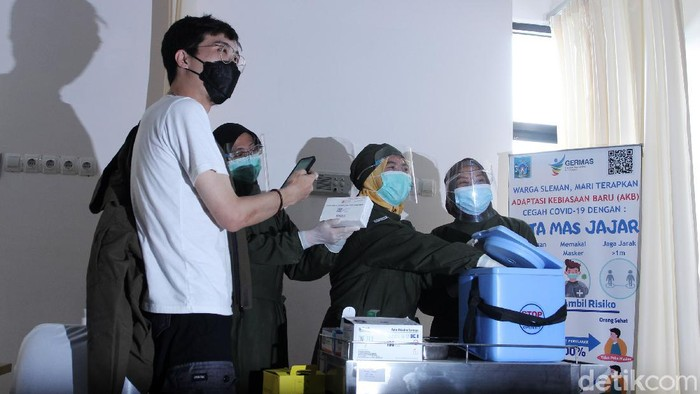 influencer dr Tirta Mandiri Hudhi divaksinasi Corona di Puskesmas Ngemplak 2, Sleman, DIY, Kamis (14/1). Selain dr Tirta terdapat 10 orang lain yang menerima vaksin sinovac.