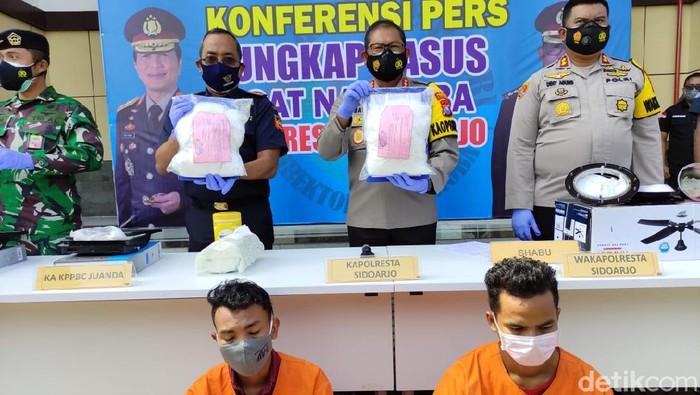 Dua penyelundup narkoba diamankan dari Bandara Juanda